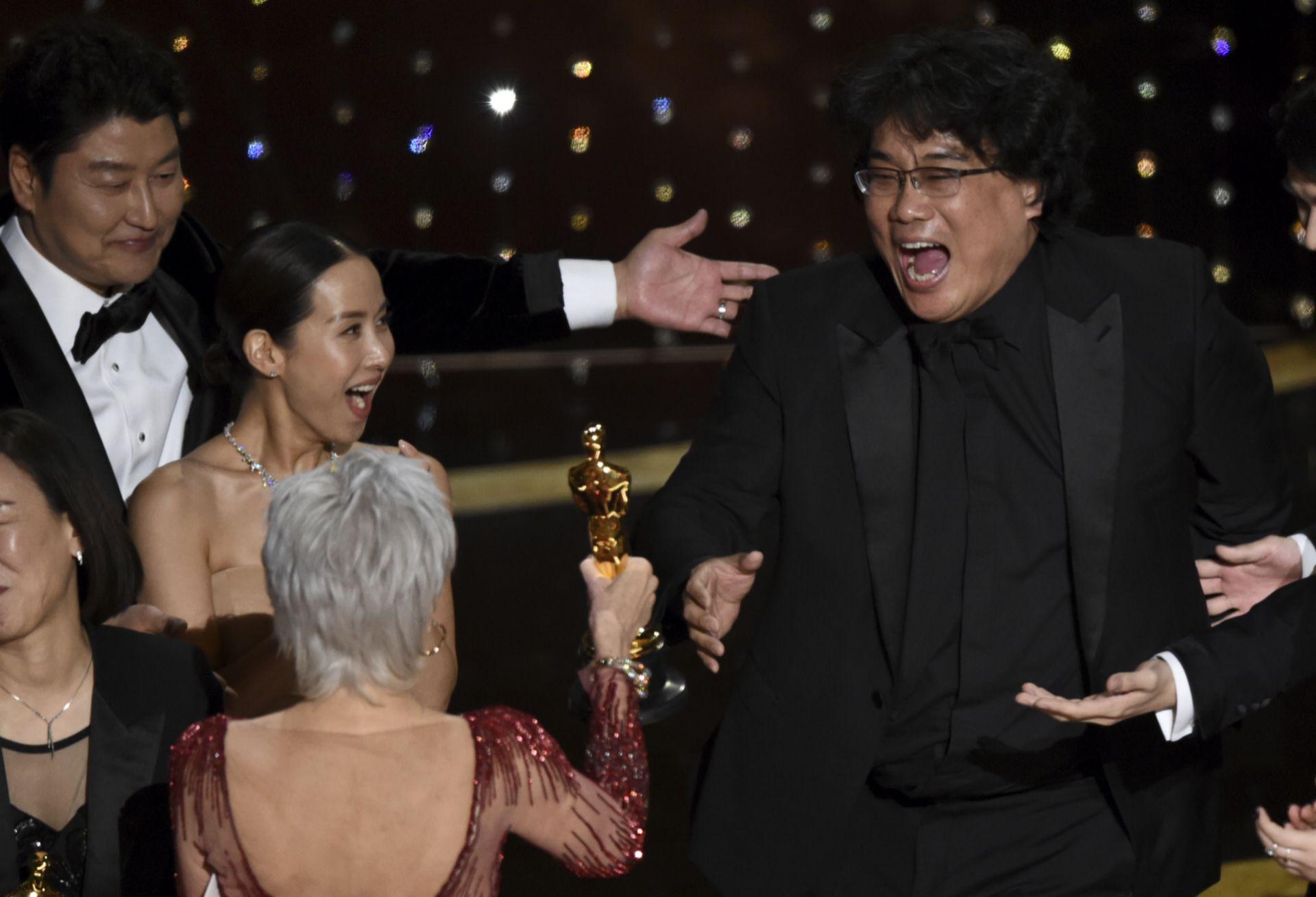 Jane Fonda (de espaldas) le entrega el premio a un Bong Joon-ho...