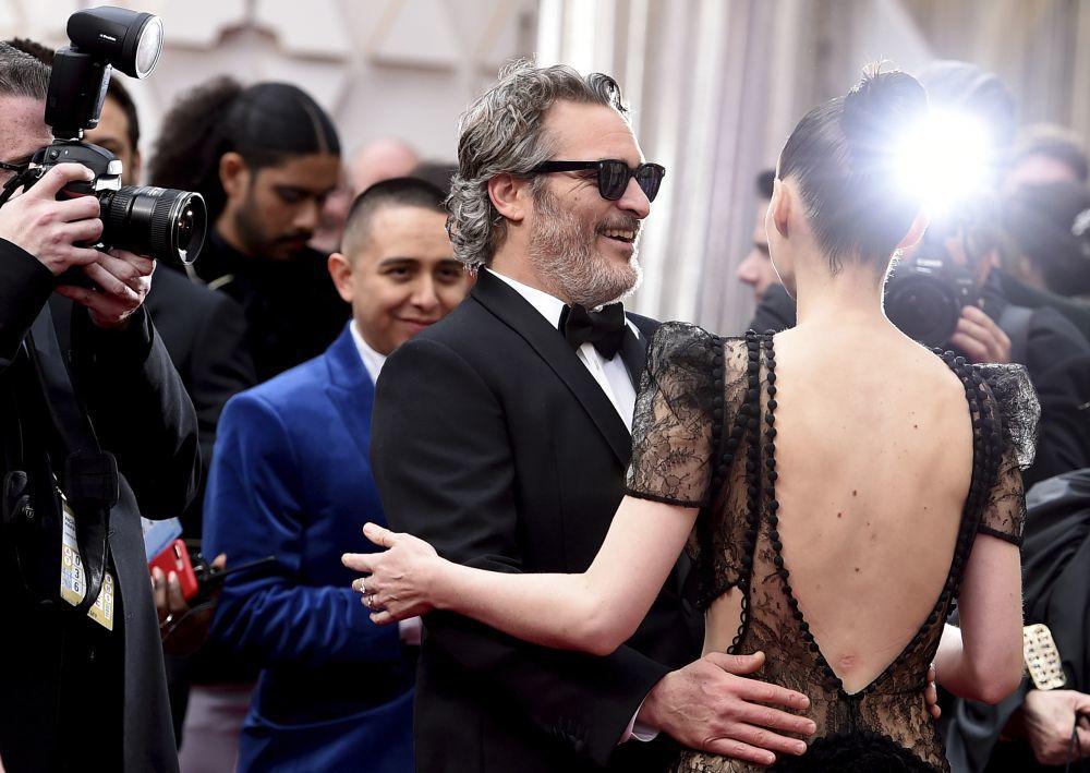 Rooney Mara vestida de Alexander McQueen demostrando que es experta no en desnudarse sino en tapar la desnudez, durante la nueva entrega de serial romántico junto a Joaquin Phoenix