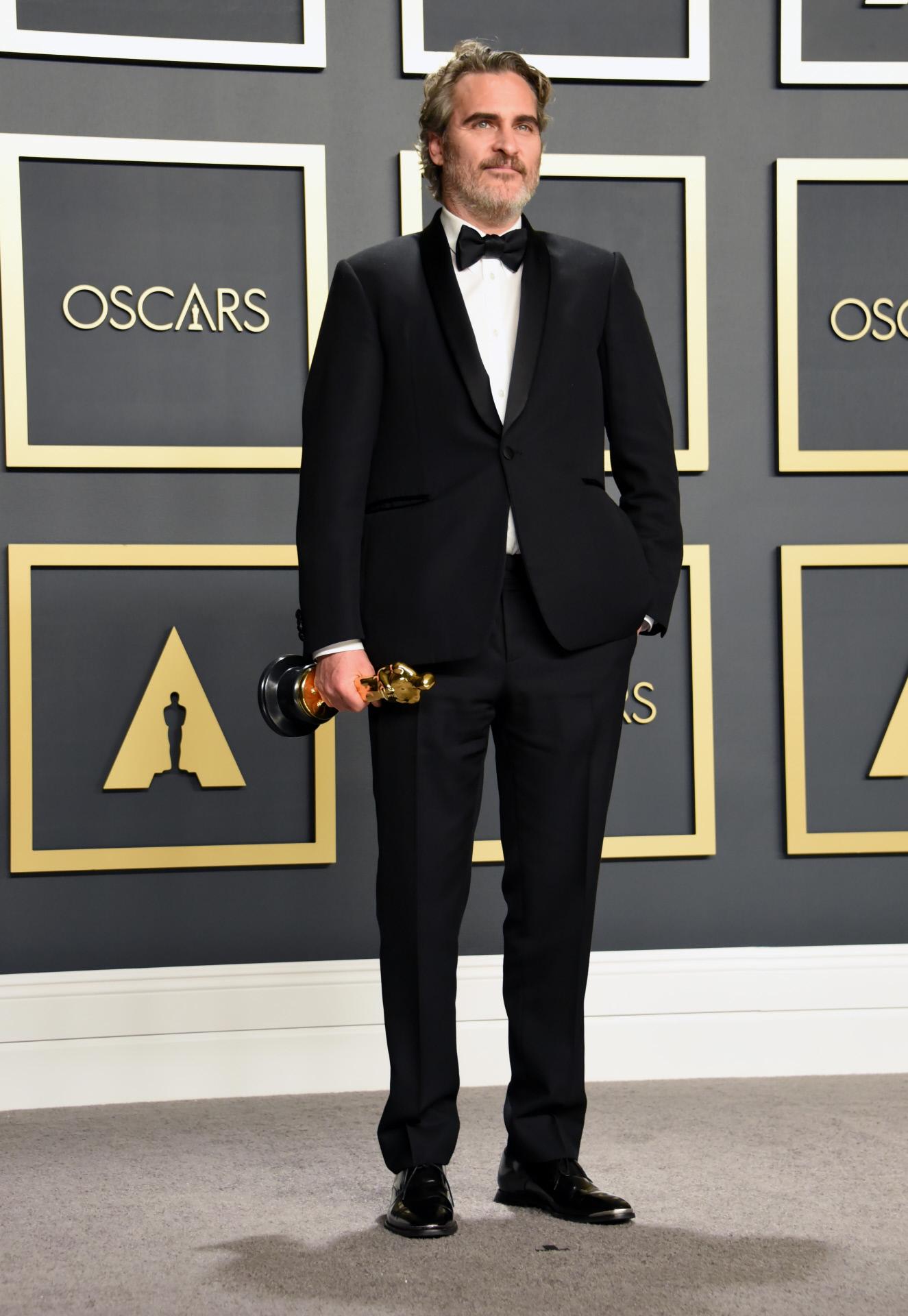 Joaquin Phoenix con un traje a medida de Stella McCartney