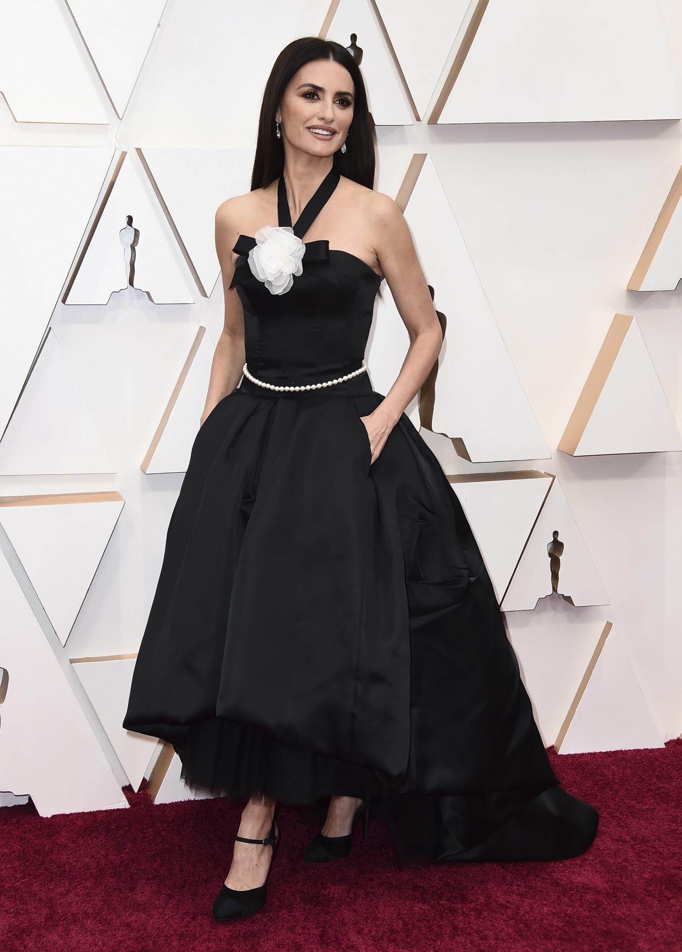 Penélope Cruz en los premios Oscar 2020 con un diseño vintage de Chanel.