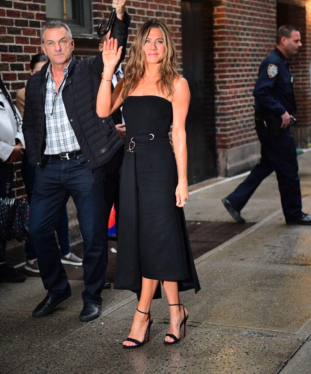 Jennifer Aniston con vestido negro.