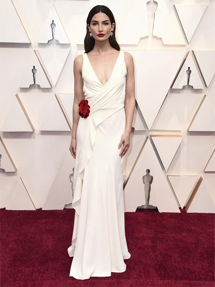 Lily Aldridge con un vestido blanco de Ralph Lauren