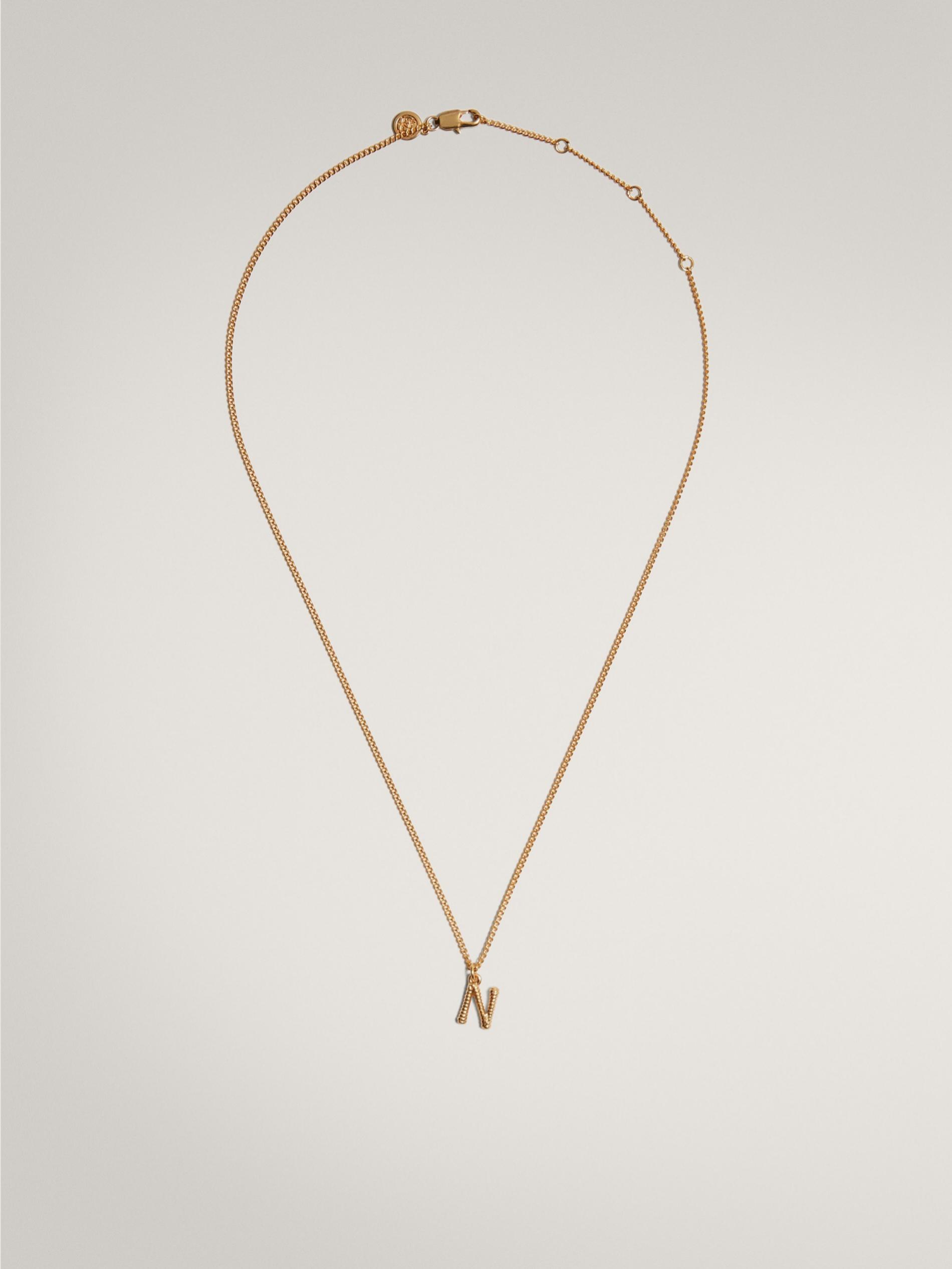 Cadena dorada con inicial de Massimo Dutti