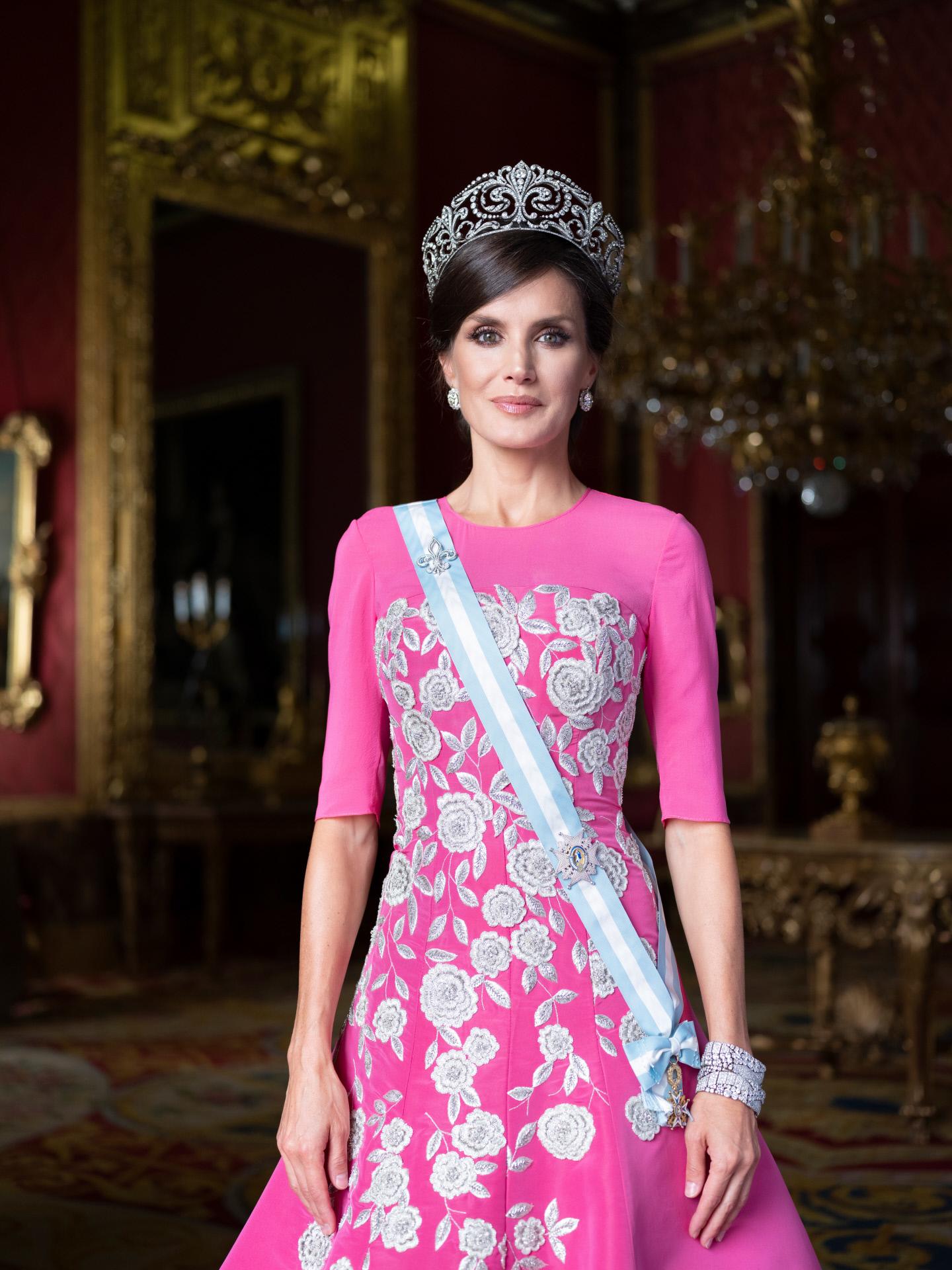 La Reina Letizia, con vestido de gala de Carolina Herrera y las joyas...