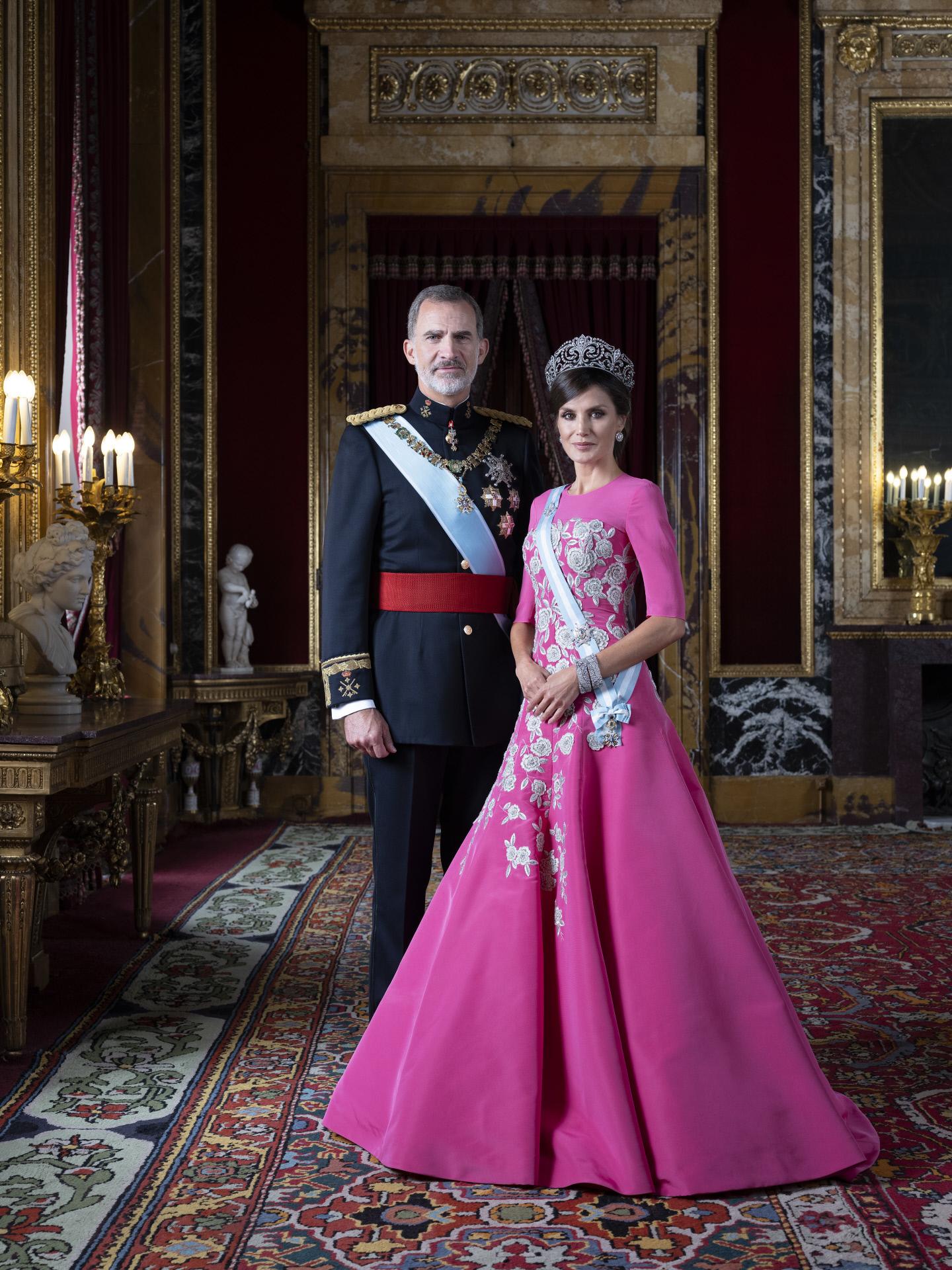 El Rey Felipe VI y la Reina Letizia posan en el Palacio Real de...