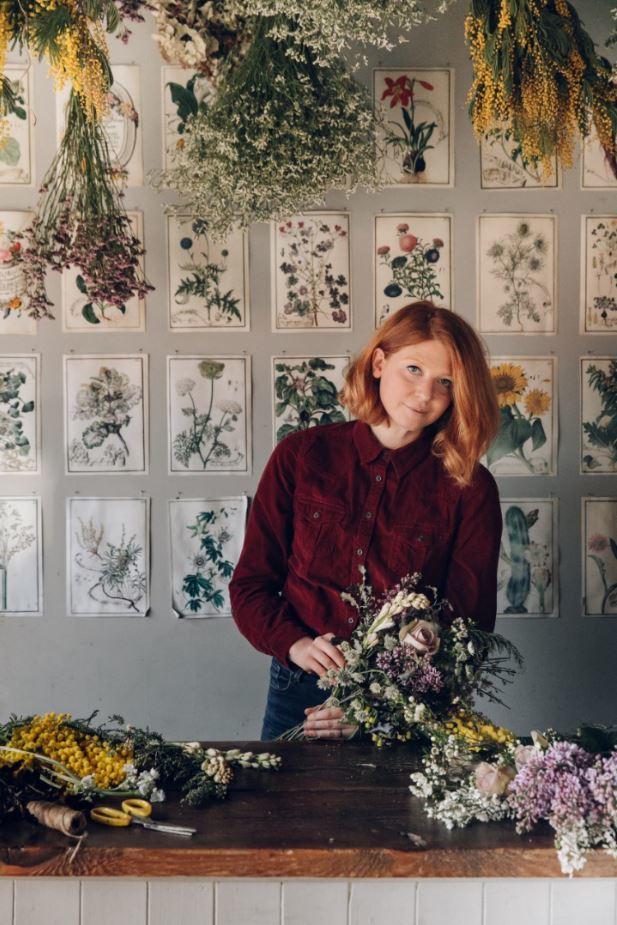 La florista Anna Potter en su taller de Londres.