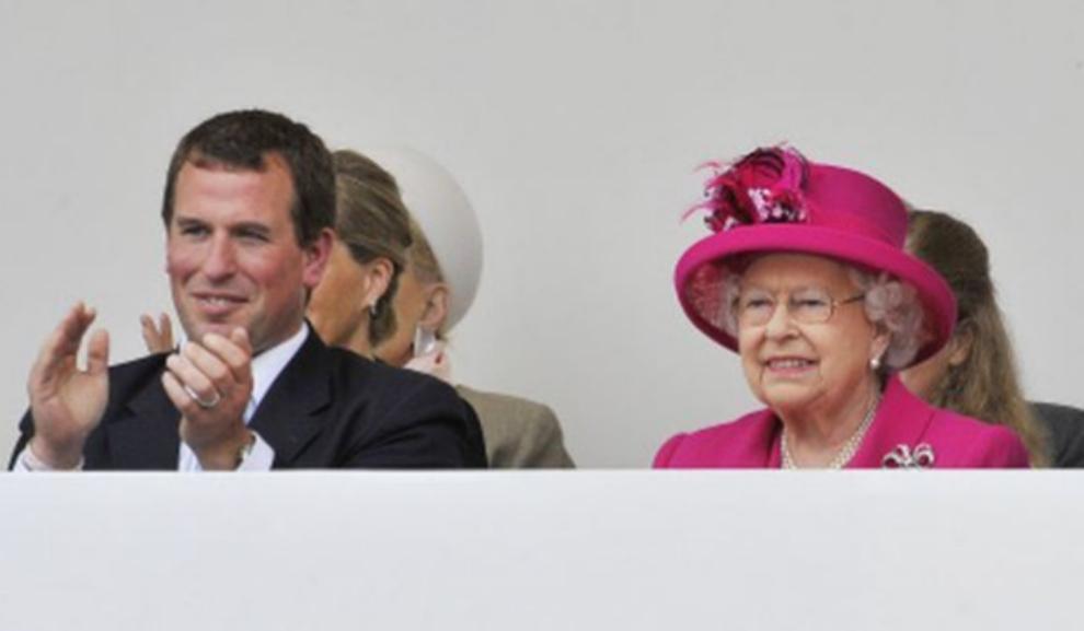 La reina Isabel II con su nieto Peter Phillps.