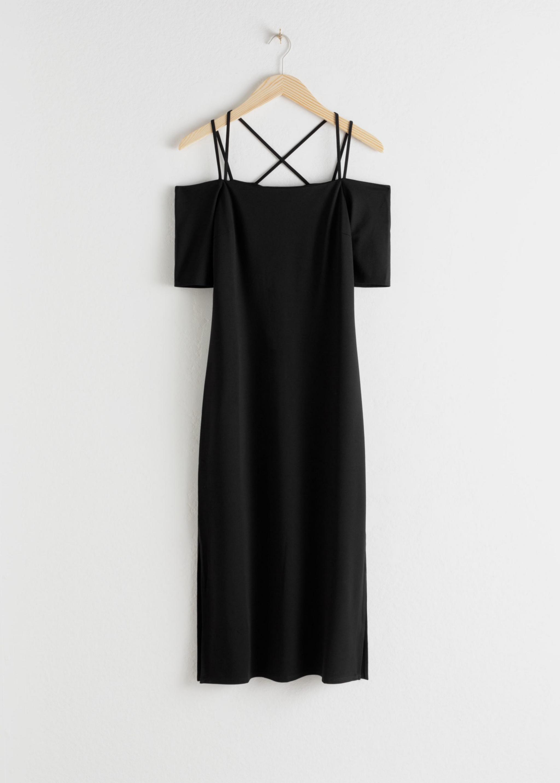 Vestido tubo en color negro con los hombros al aire de & Other Stories (59¤)