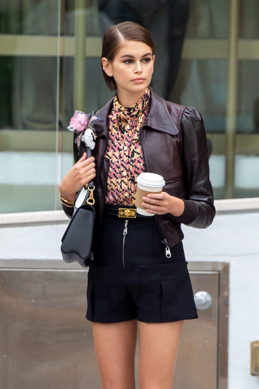 Kaia Gerber posando para una campaña de Louis Vuitton.
