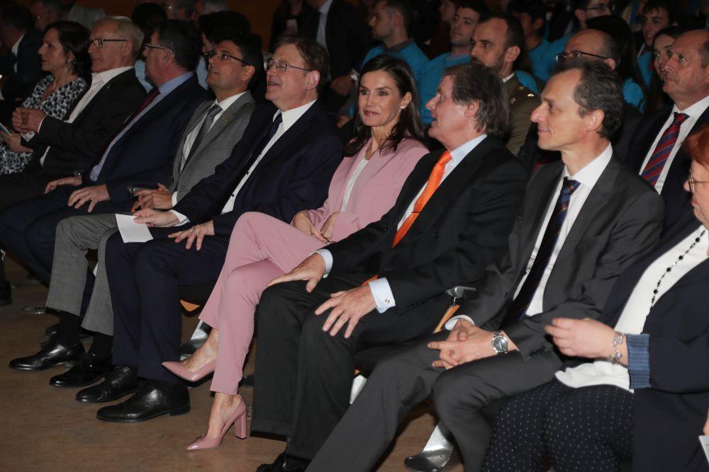 La reina Letizia se viste de rosa y de Hugo Boss.