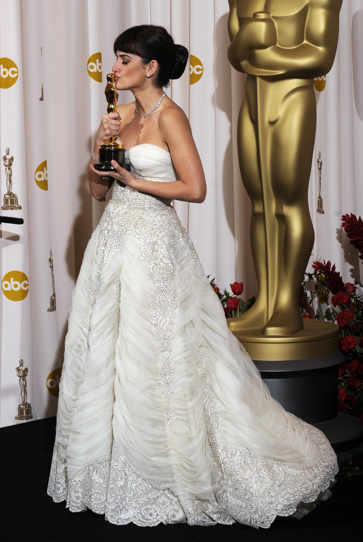 Penélope Cruz con un vestido vintage de Balmain, adquirido por ella en una tienda de Los Angeles, con su Oscar por Vicky Cristina Barcelona que ganó en 2009.
