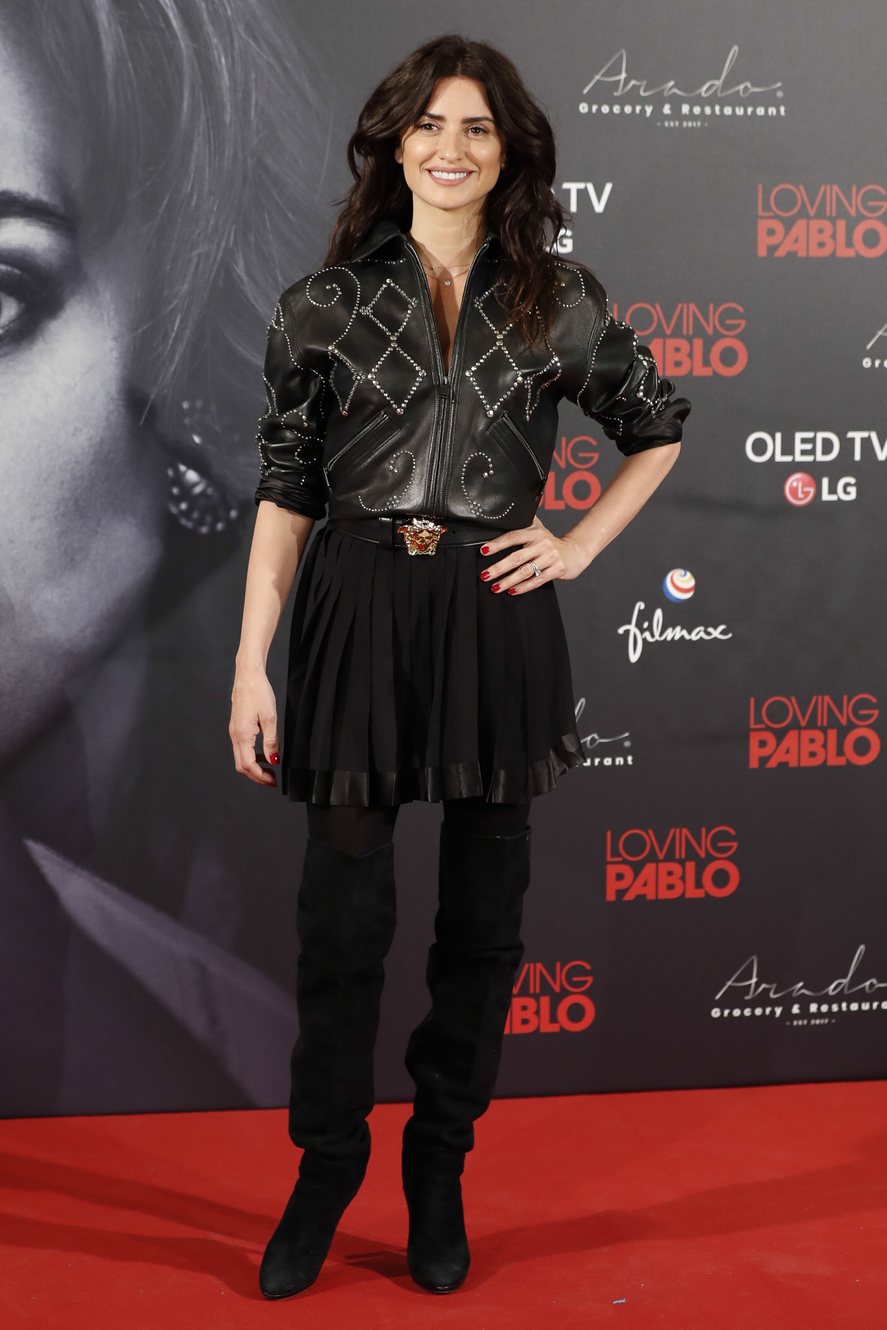 Penélope Cruz con una chaqueta de cuero con cristales de la colección Gianni Versace Couture 1991, en 2018.