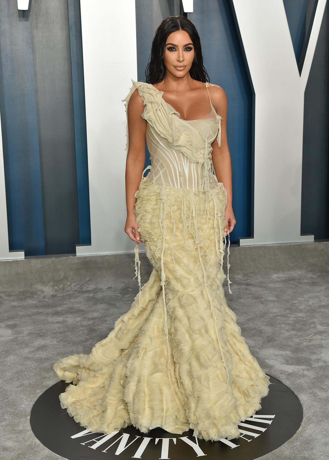 Kim Kardashian en la fiesta de Vanity Fair después de los Oscar con un vestido de Alexander McQueen del año 2003.