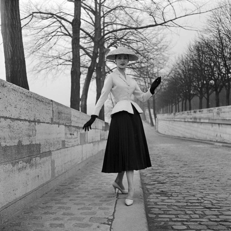 La icónica imagen del New Look fotografiado por Willy Maywald en 1947. © Associations Willy Maywald