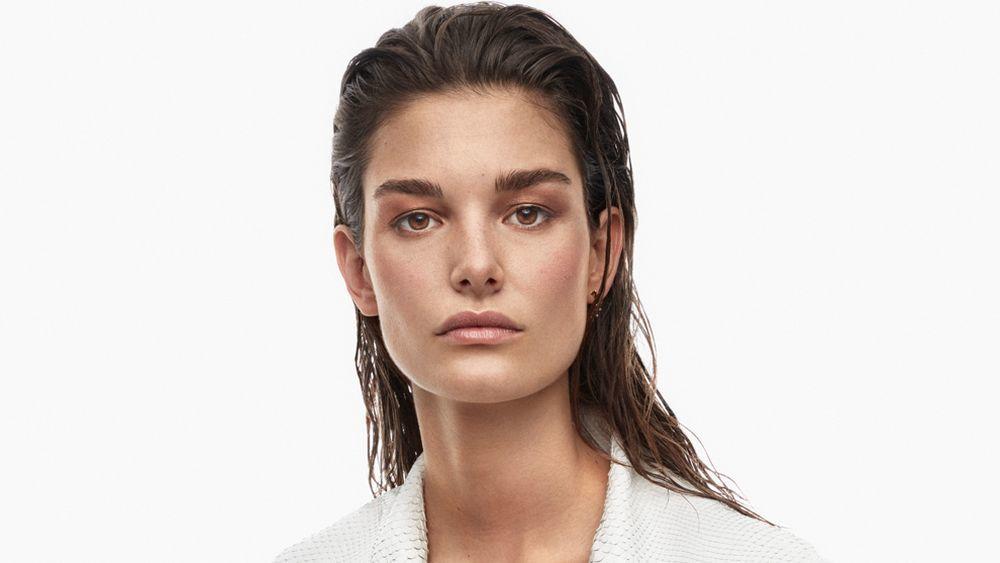 En invierno, los expertos aconsejan acortar el tiempo que tu pelo pasa húmedo.
