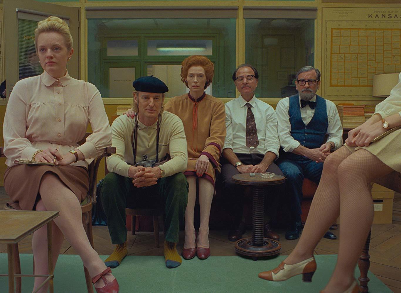 """De izquierda a derecha, Elisabeth Moss, Owen Wilson y Tilda Swinton en la redacción de """"The French Dispatch"""", el periódico que da nombre a la película."""