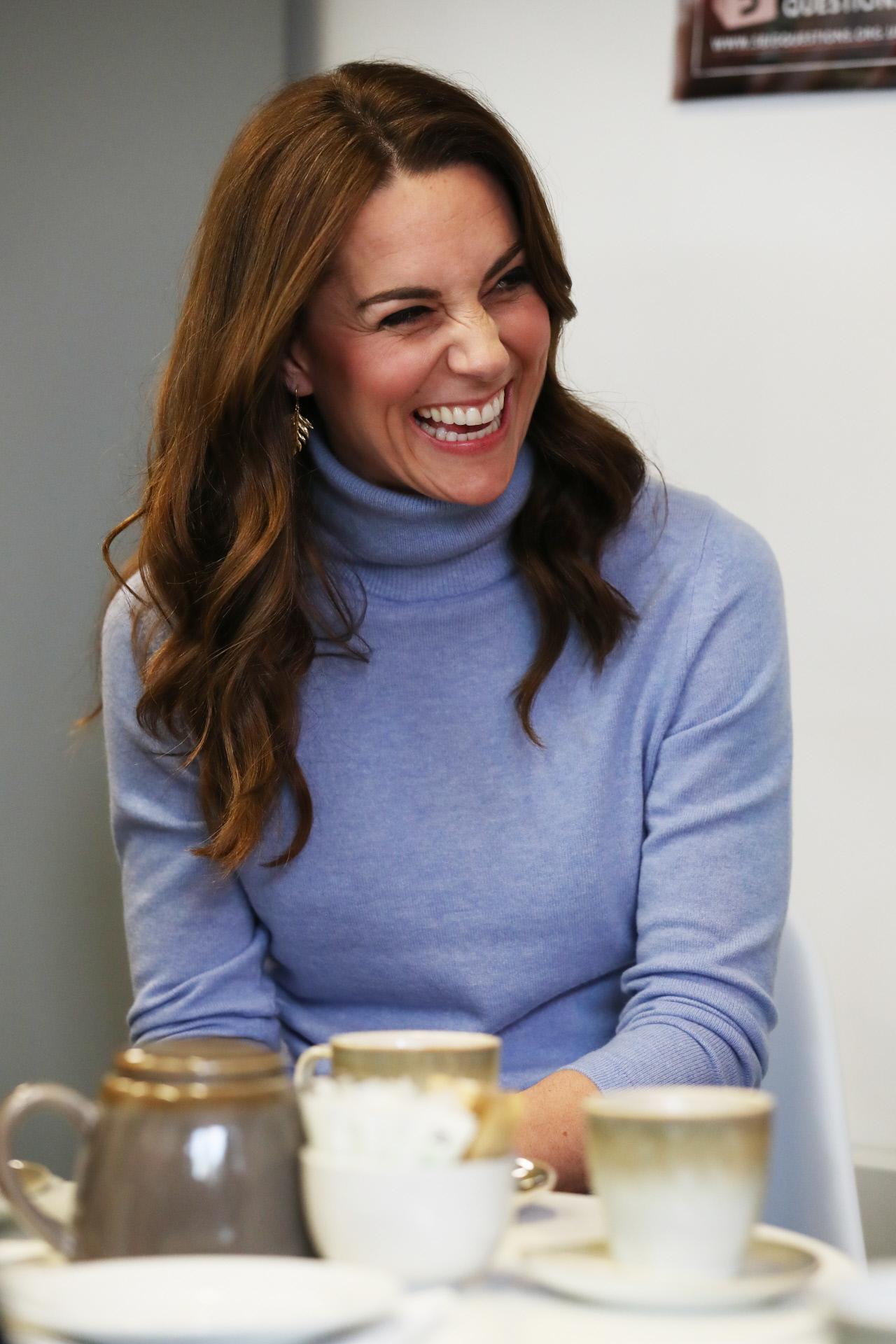 Kate Middleton con un elegante jersey de cuello vuelto celeste