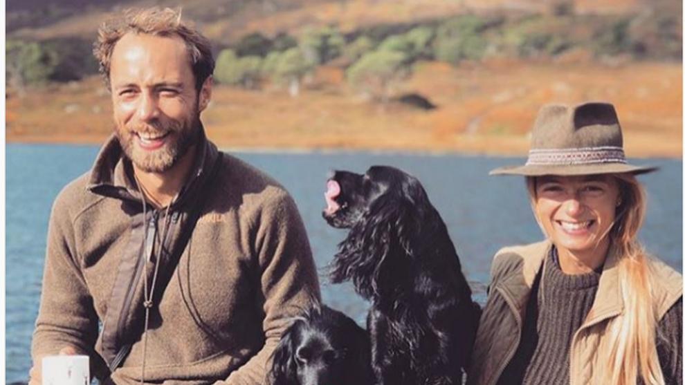 James Middleton y su novia Alizee Thevenet con algunos de sus perros.