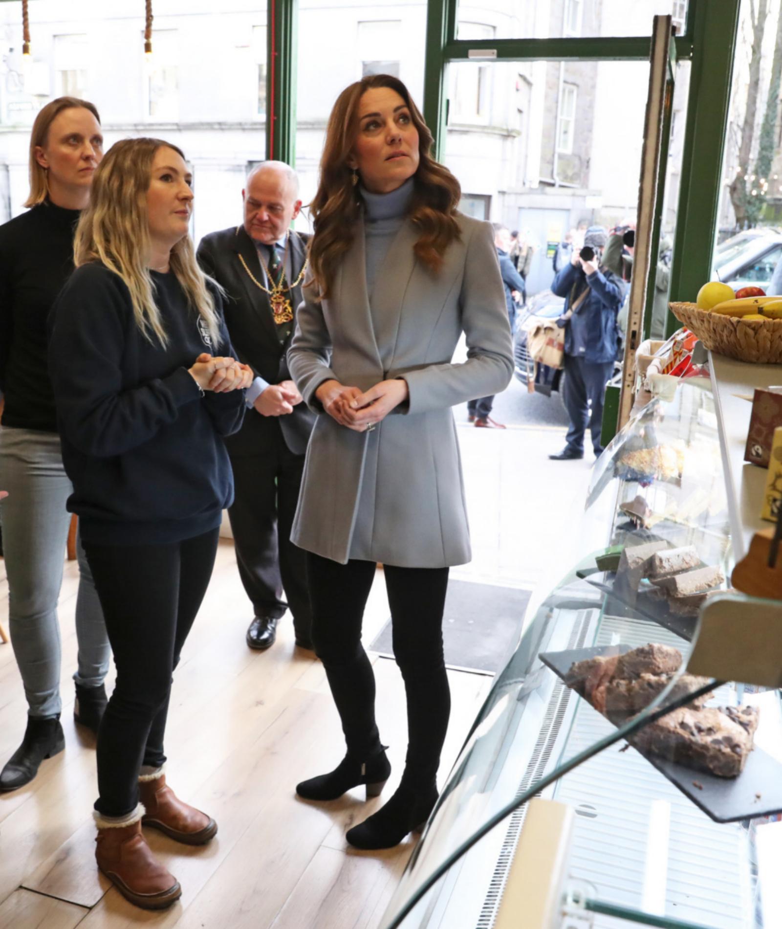 Kate Middleton durante su visita al café Social Bite