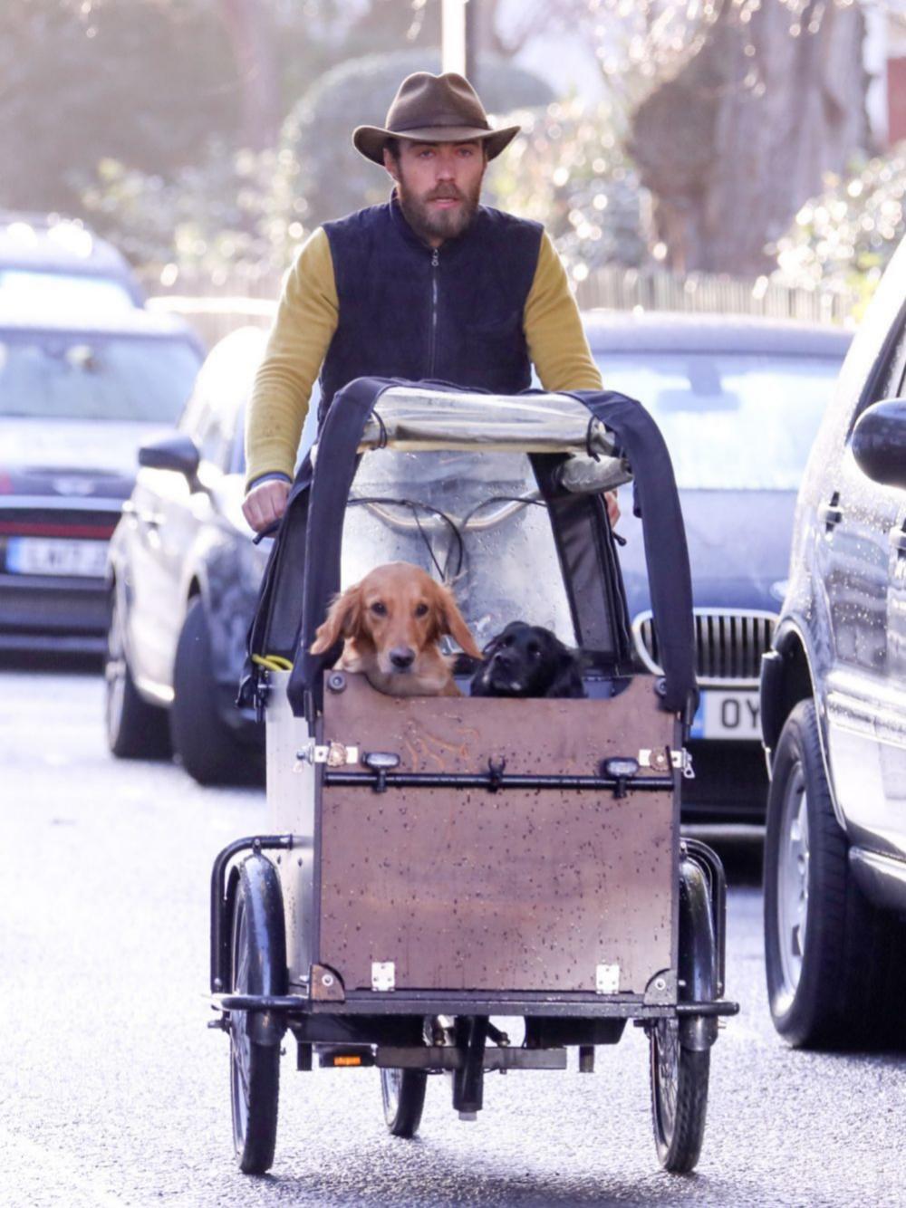 James Middleton paseando con sus perros por Chelsea (Londres).