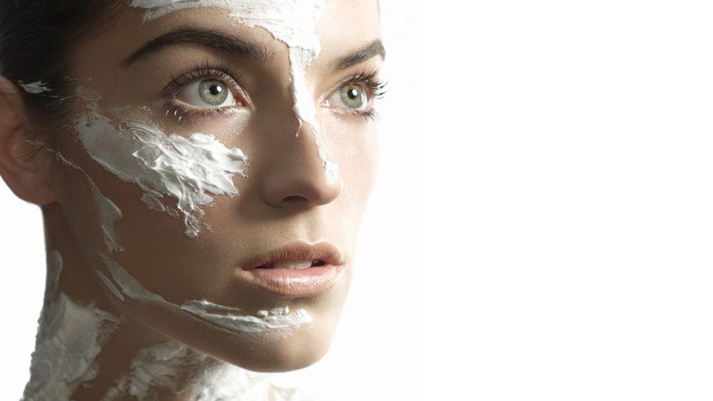 La vitamina C, el retinol o el ácido retinoico y la protección solar son tres de los activos que debe tener una crema antiedad que compremos en una gran superficie o supermercado.