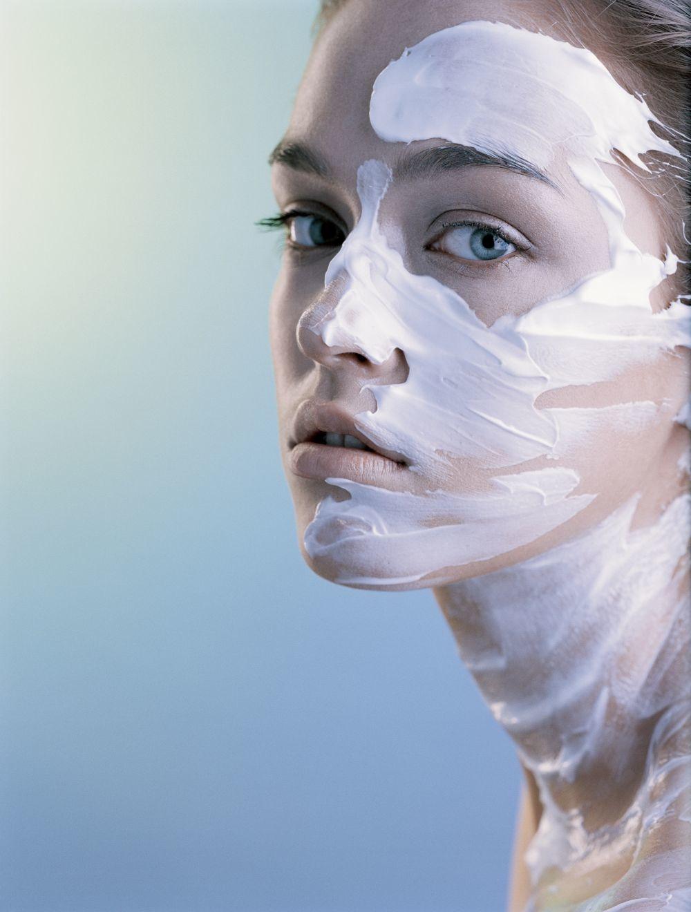 Los laboratorios han optado por incorporar texturas especiales más fluidas y que se funden con la piel en sus cremas más económicas.