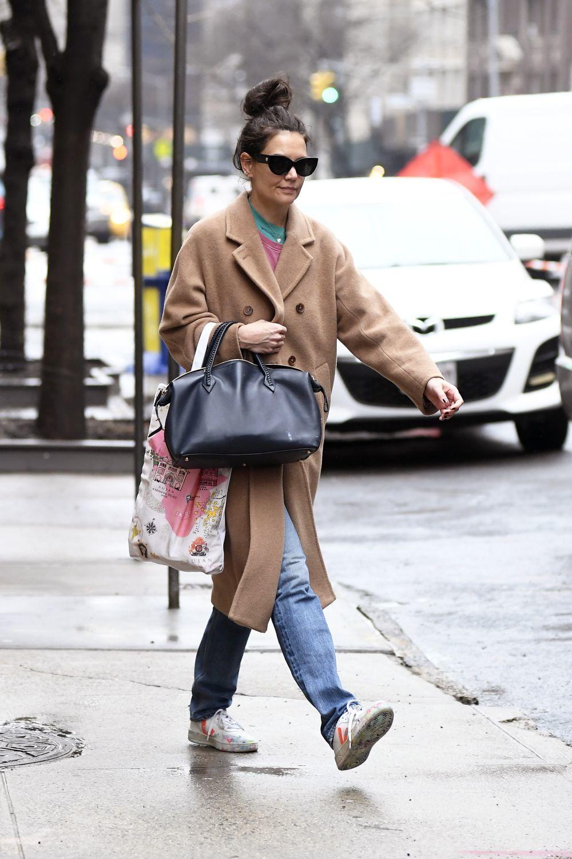 Katie Holmes con unas zapatillas Veja.