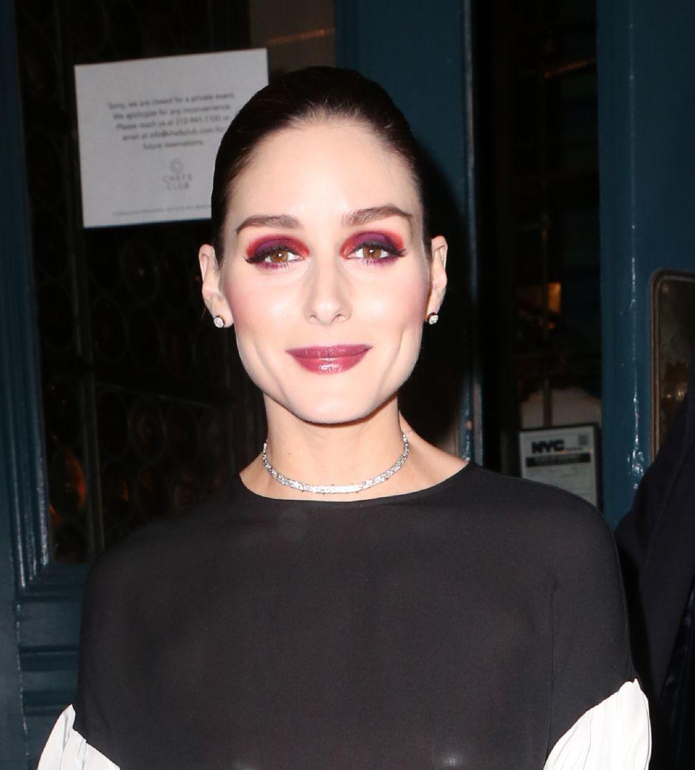 Sombras berenjena, teja y rojas se combinan en unas sombras ahumadas color block muy bien difuminadas de la mano de Olivia Palermo.