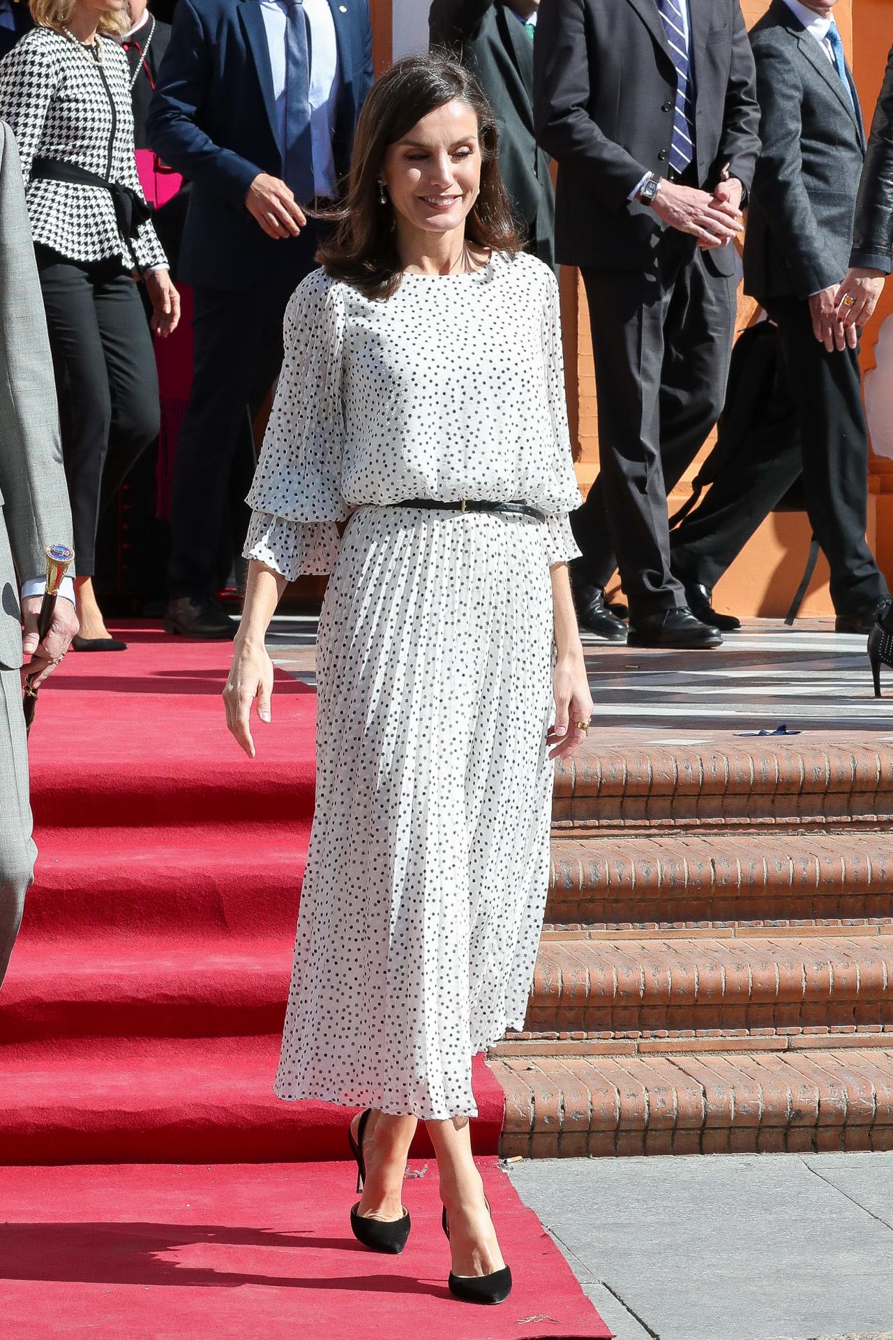 La reina Letizia con un vestido de Emporio Armani