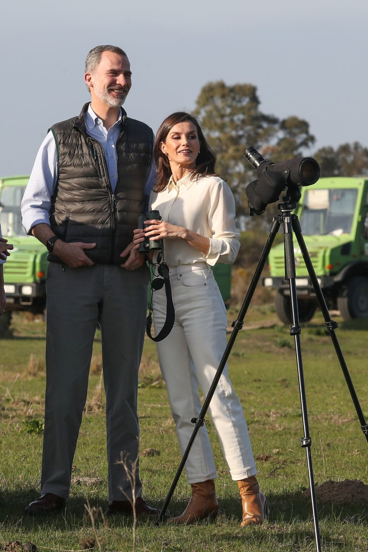 Así lleva la reina Letizia los pantalones vaqueros blancos