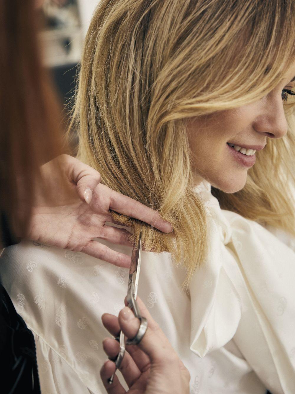 El pelo puede secarse más por los tintes y permanentes, productos demasiado agresivos y exposiciones solares prolongadas según los expertos.