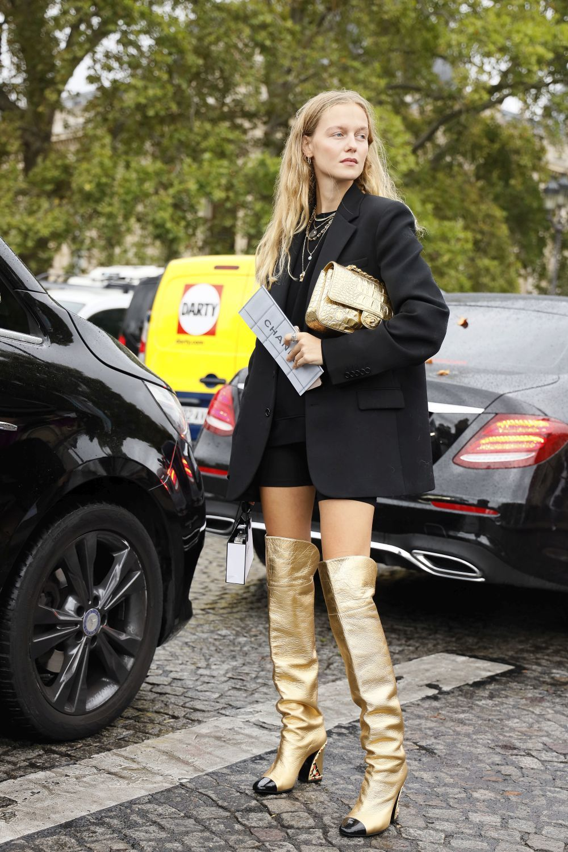 Una invitada a un desfile de Chanel.