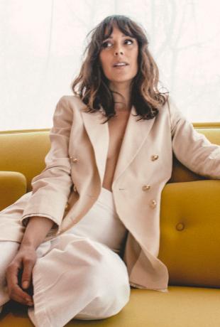 Un traje de chaqueta es la mejor opción para ir sexy y sofisticada...