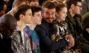 David Beckham con sus hijos Romeo, Cruz y Harper en el desfile de...