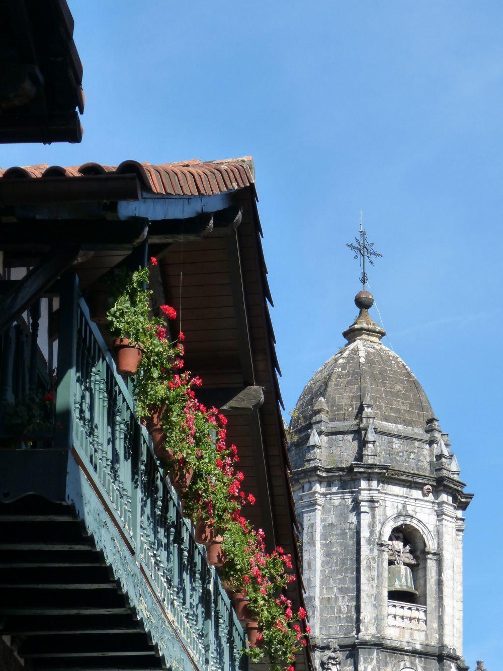Estampa clasica de la balconada de madera de un caserío.