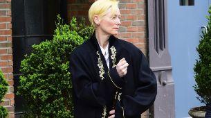 Tilda Swinton con un look de los que ella borda