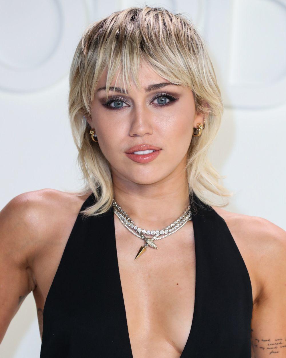 El mullet rubio con mechas rockeras de Miley Cyrus.