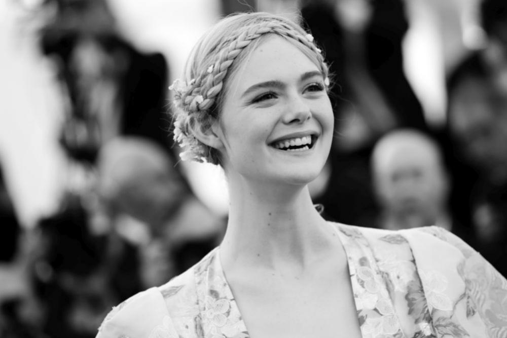 Elle Fanning con trenza de corona en el Festival de Cannes.