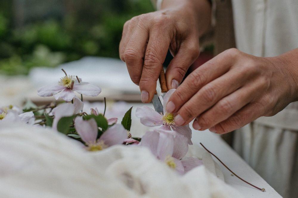 Preparando las flores antes de prensarlas. Taller Silvestre.