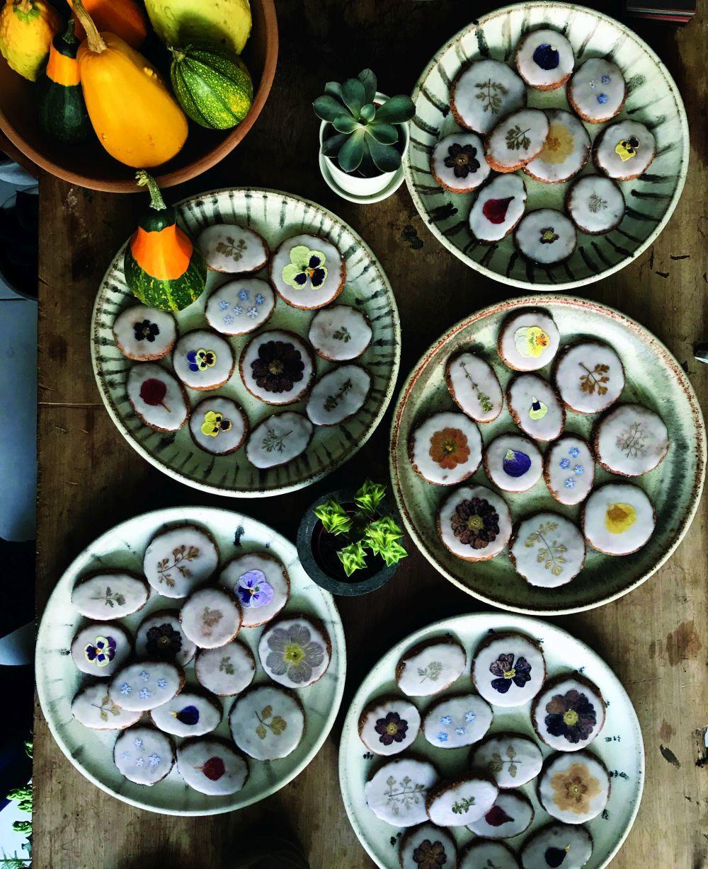 Estas deliciosas pastas decoradas con flores secas han sido realizadas...