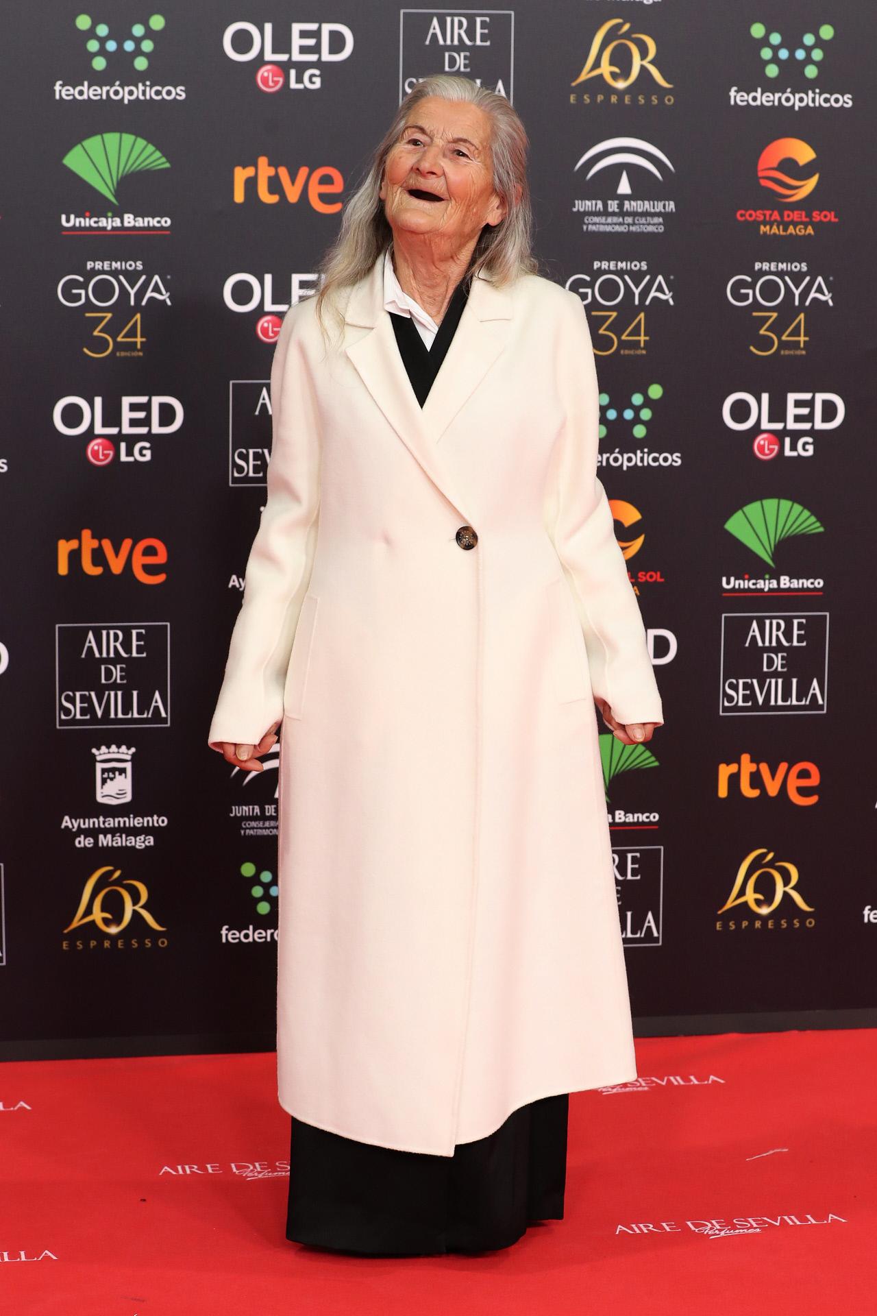 Benedicta Sánchez a la llegada a los Goya 2020 con un abrigo de archivo de Adolfo Domínguez.