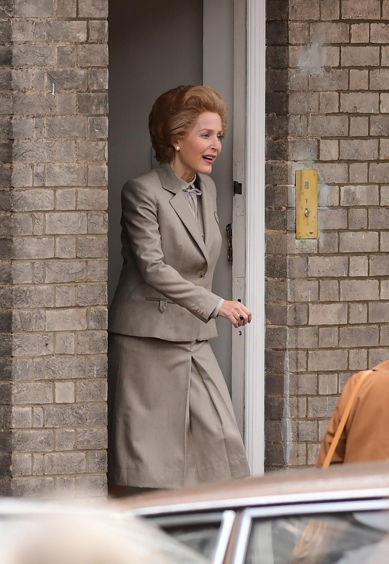 Gillian Anderson dando vida a la ministra Margaret Thatcher