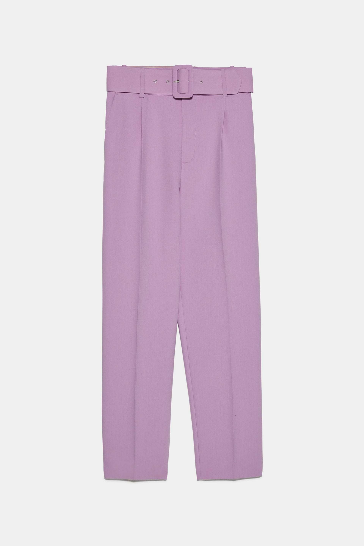 Pantalón lila de tiro alto con cinturón de Zara (29,95¤)