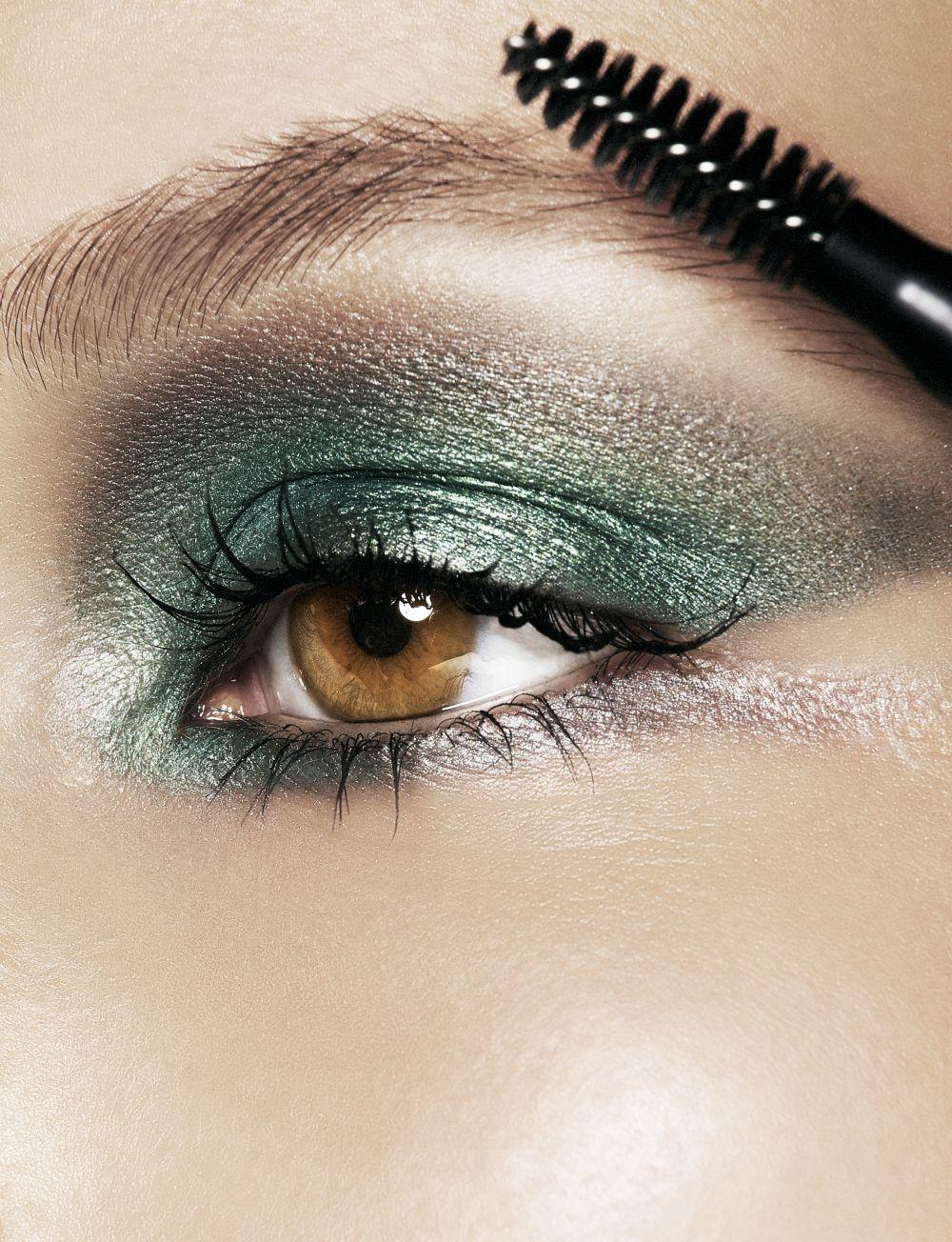 Los colores de sombras más próximos a tu color de ojos pueden servirte de base, mientras que los opuestos pueden servirte para dar toque de luz debajo de las cejas o lagrimal.
