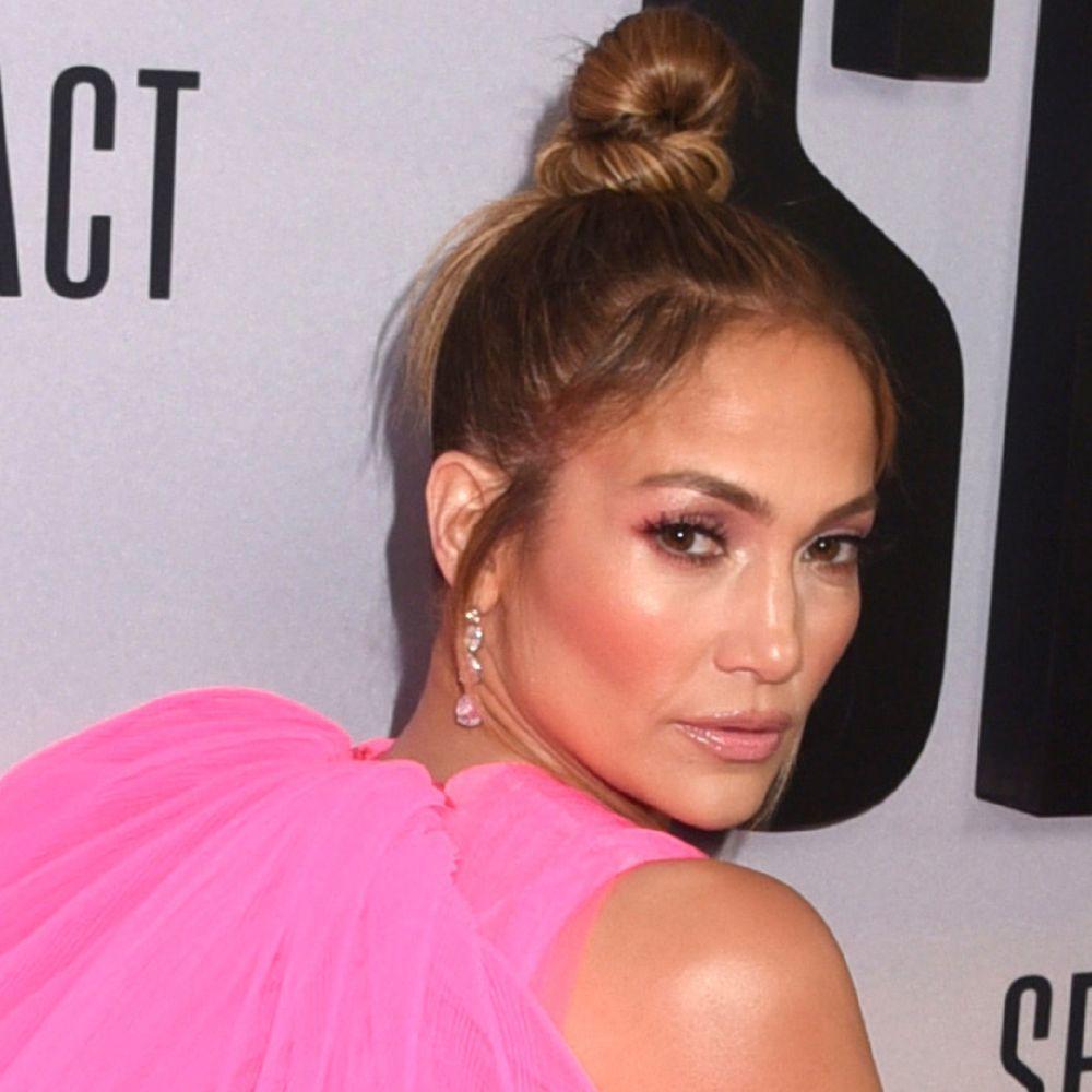 Jennifer Lopez elige unas sombras rosas muy a tono con su vestido que iluminan su rostro y le ponen buena cara.