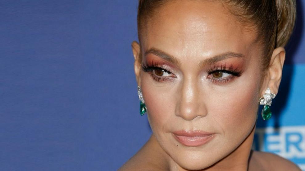 Jennifer Lopez se atreve con sombras de ojos en tonos rojizos y rosas...