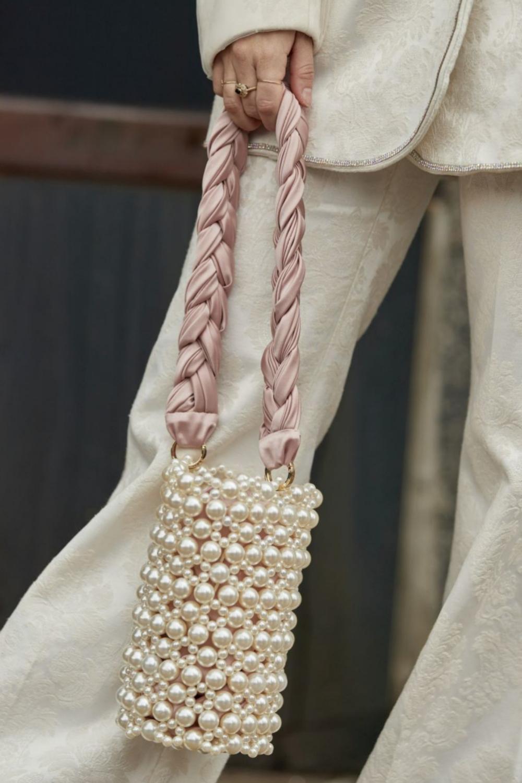 Bolso de perlas con un asa de lazo rosa