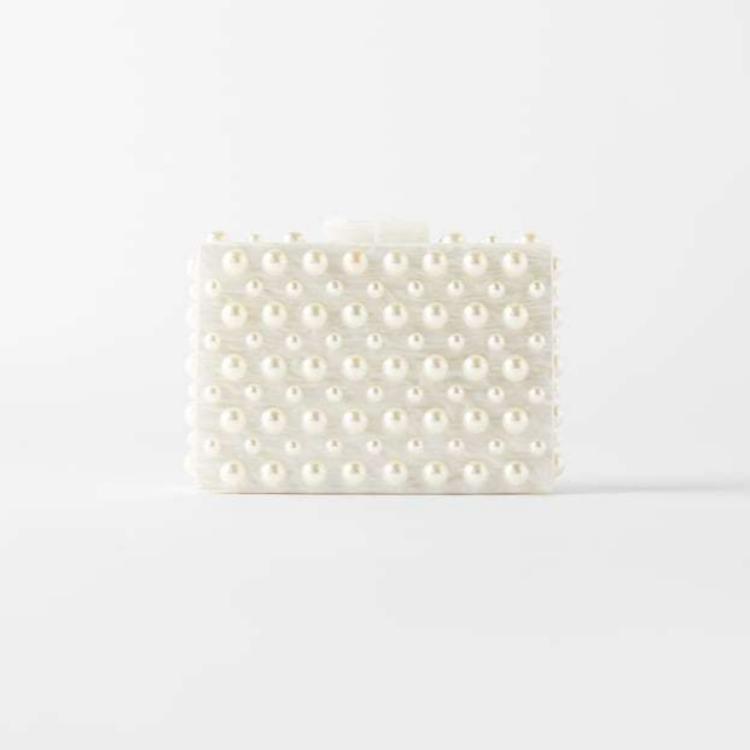 Bolso de mano efecto mármol con perlas (29,95 euros)