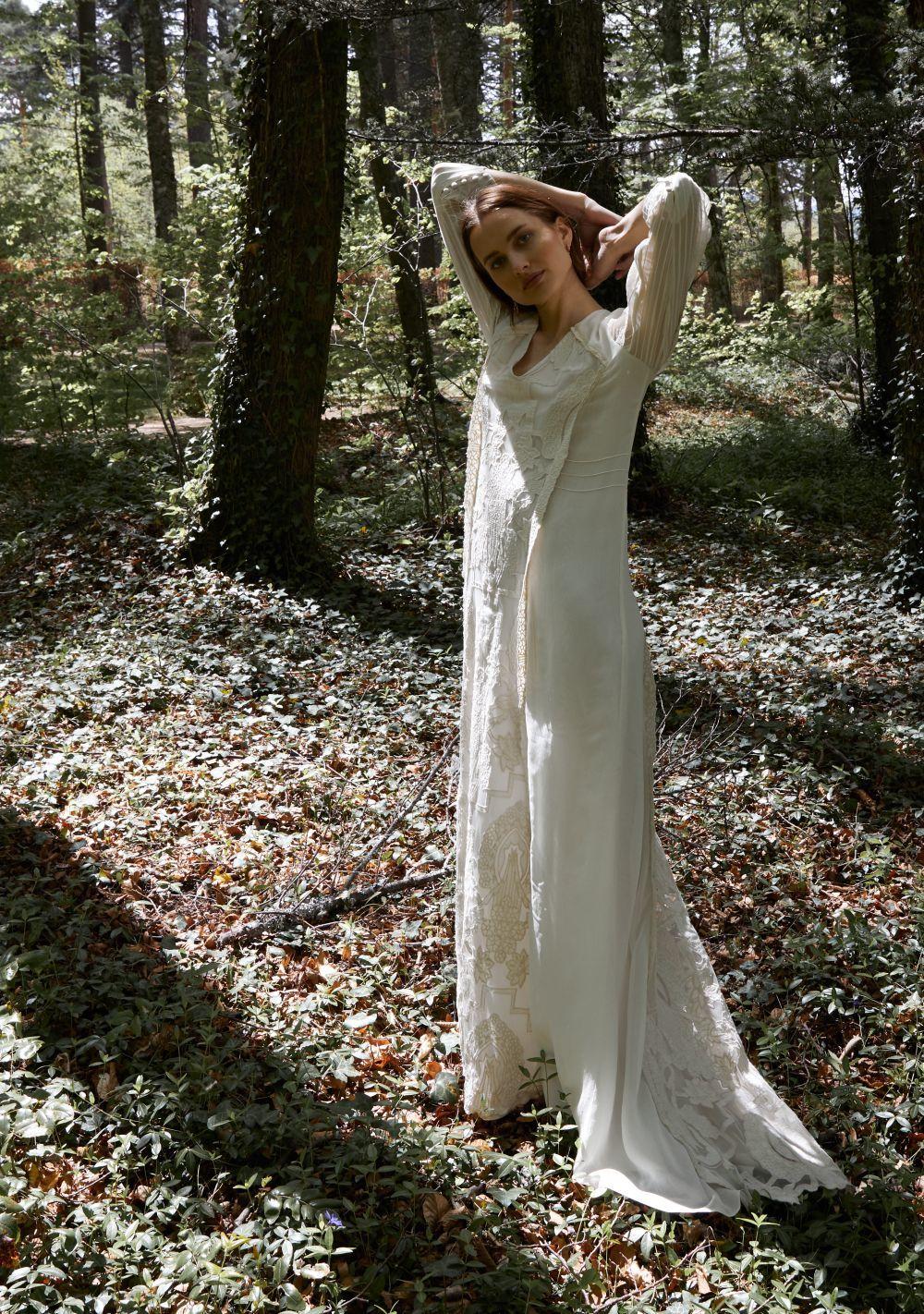 Vestido <em>Verona</em> bordado con jaretas en las mangas, de Alejandra Valero.