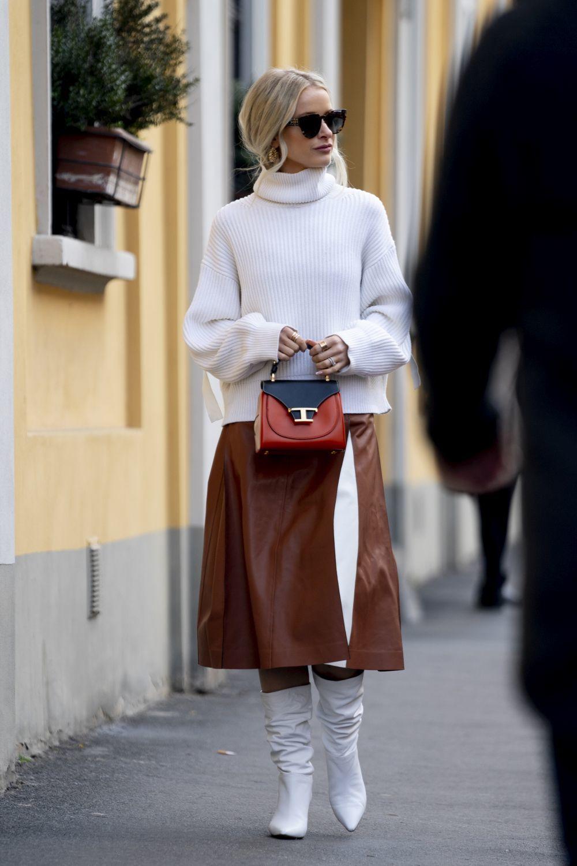 Trucos del street style para combinar la falda mido de efecto piel.